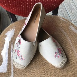 SALE ❤️❤️Beige espadrilles with flower embroidery
